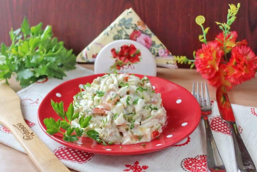 Готовую закуску из кальмара с баклажаном посыпьте петрушкой и подавайте к столу.