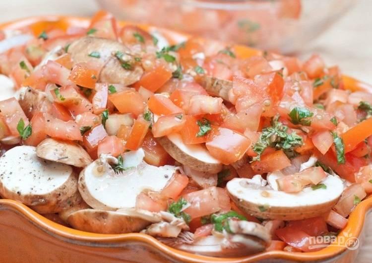6.Вымойте филе и вытрите его салфетками, выложите на подушку из лука, поверх мяса равномерно распределите смесь томатов и трав.