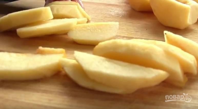 1. Яблоки очистите от кожуры и сердцевины, нарежьте дольками.