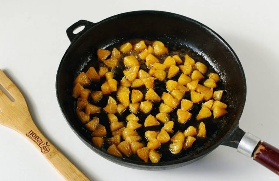 В разогретую сковороду выложите 1 ст.л. масла и когда оно растопится, добавьте мандариновые дольки, разрезанные на 2-3 части. Через 3-4 минуты добавьте корицу и 2 ст.л. сахара. Еще пару минут и начинка готова. Снимите ее с огня и дайте остыть.