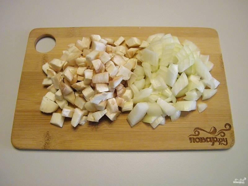 Ножки грибов порежьте кубиками, лук очистите и тоже мелко нарежьте.