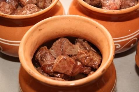 Заполните горшочек мясом.