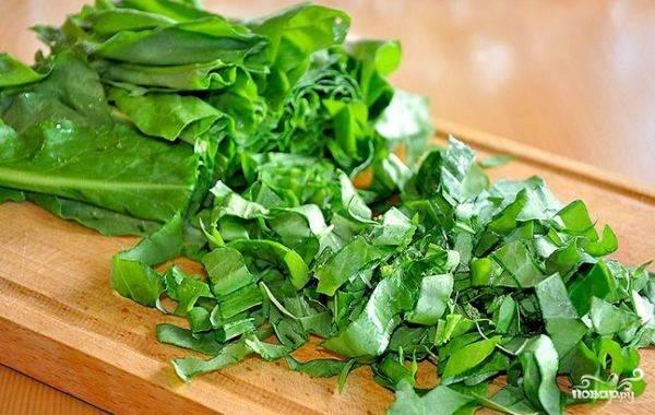 5. Пока суп кипит (около 10 минут), щавель промойте, удалите у него черешки, нарежьте листья. Добавьте щавель в кастрюлю, еще через минут 10 добавьте соль и перец по вкусу.