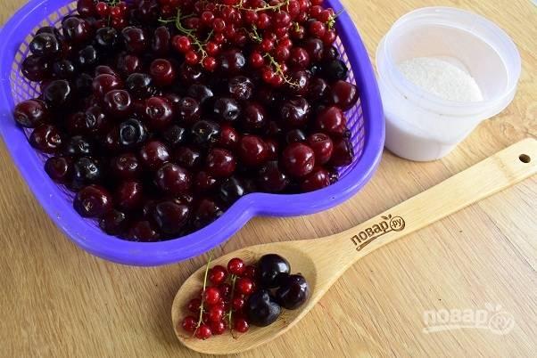 1. Подготовьте ягоды: промойте под холодной водой, удалите испорченные и мелкий мусор.