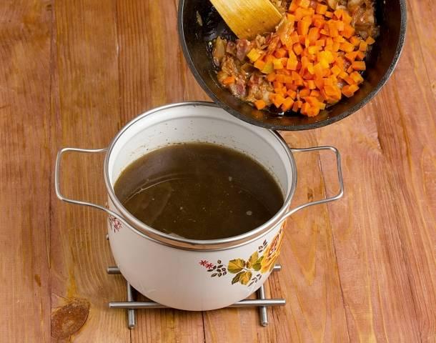 8. Аккуратно достаньте шумовкой грибочки, а бульон процедите. Снова вылейте его в кастрюлю, добавив обратно грибы и сразу овощи. Доведите все до кипения.