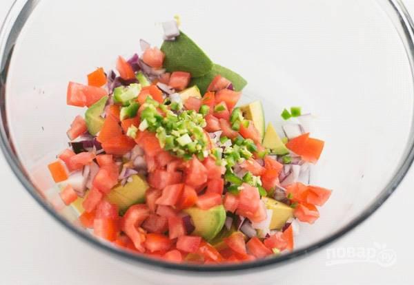 2. Следом отправьте нарезанные помидоры, предварительно удалив мякоть и семечки, и острый перец.