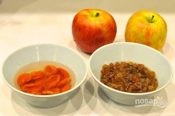 2. Сухофрукты промойте, залейте теплой водой и оставьте на несколько минут. Яблоки вымойте, обсушите и нарежьте мелкими кубиками.