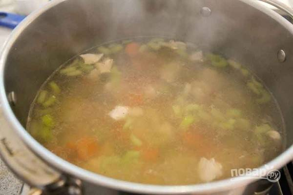 9.Добавьте мясо в кастрюлю и отварите его до готовности.