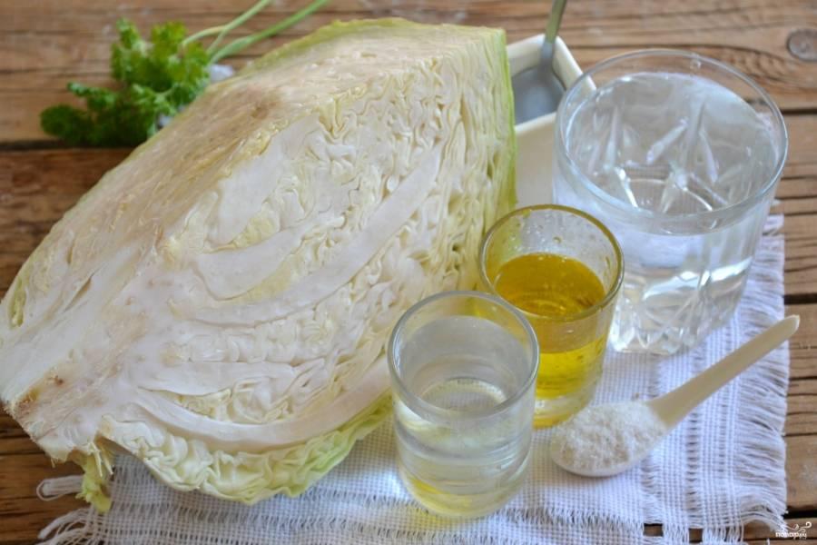 Подготовьте необходимые ингредиенты. Удалите верхние листы и разрежьте кочан капусты на четыре части.