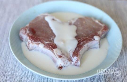 1.Вымойте свинину и вытрите ее насухо салфетками, затем переложите в миску и залейте кефиром, оставьте на 4 часа.