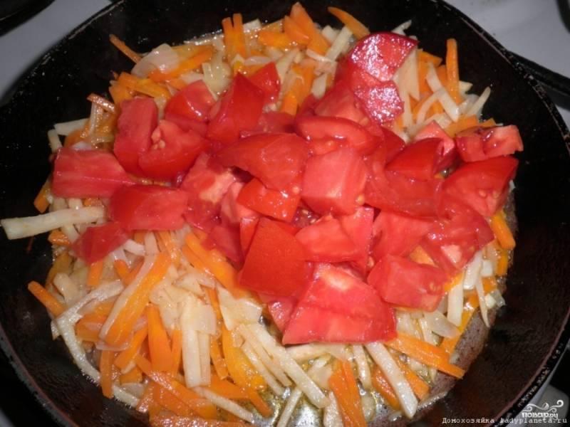 На сковородку с растительным маслом выкладываем лук, морковь и сельдерей и обжариваем минут 10. Затем добавляем очищенные от кожицы и порезанные помидоры. Добавляем пару ложек бульона, немного соли и специи, сливочное масло и закрываем крышкой. Тушим минут 15.