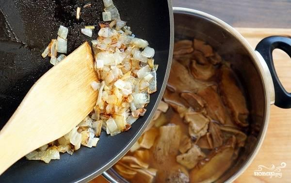 7. Выложите лук в кастрюлю. Варите на среднем огне до мягкости картофеля.
