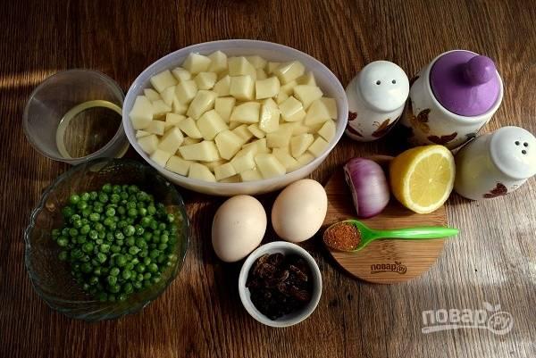 Для салата с карри: картофель помойте, очистите, нарежьте кубиками, отварите в течение 20 минут, слейте отвар. Яйца отварите вкрутую. Лук очистите. Изюм замочите в кипятке на 15 минут, откиньте на сито.