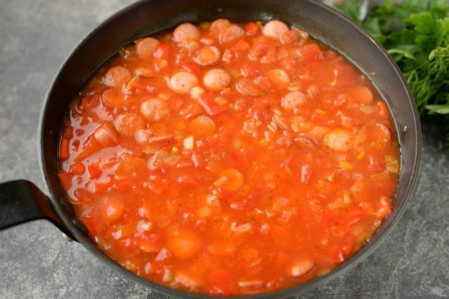 Влейте в сковороду горячую воду или бульон, он должен быть выше содержимого сковороды на один сантиметр. Сразу же посолите и поперчите блюдо по вкусу, добавьте сахар. При желании можно добавить жгучий перец для пикантности. Готовьте на тихом огне под крышкой 15-17 минут.
