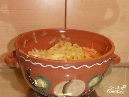 Оставшуюся луковицу измельчаем и обжариваем на сливочном масле, добавляем в горшок с кислой капустой.