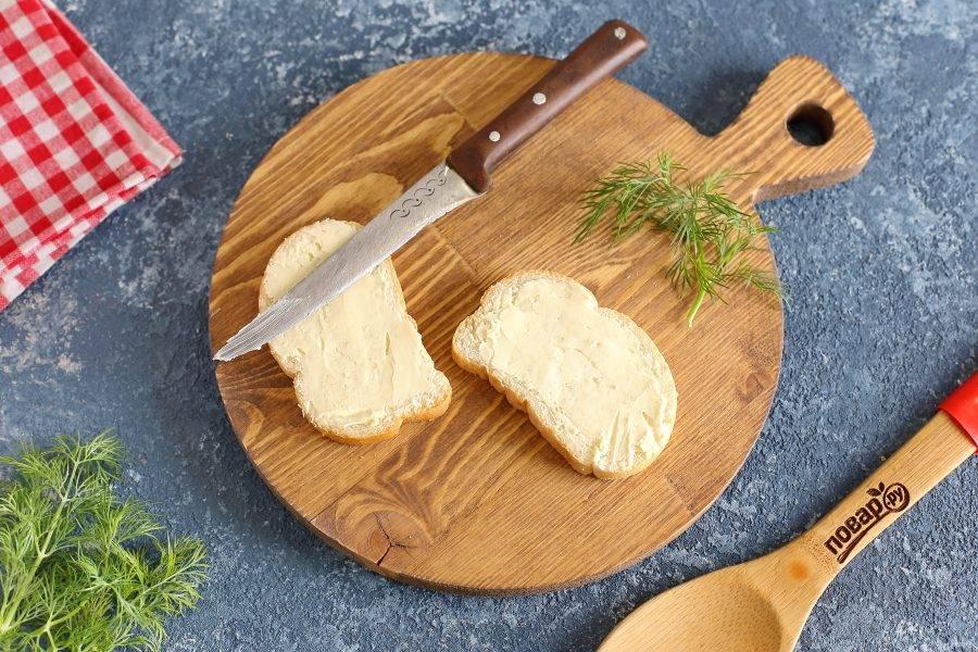 Батон или любой другой хлеб в нарезке смажьте сливочным маслом. Вместо сливочного можно взять сырное или укропное масло. Еще очень вкусно получается с творожным сыром.