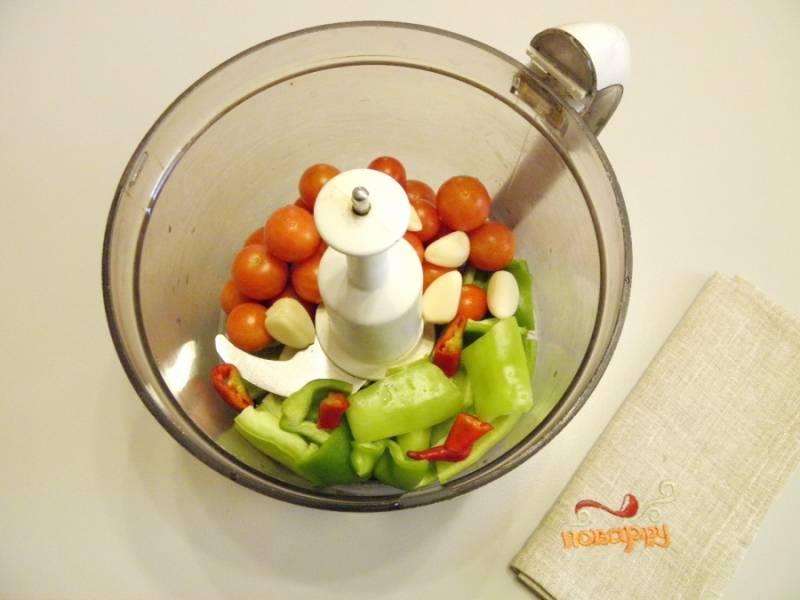2. Все овощи, кроме баклажанов, сложите в чашу измельчителя, сделайте массу однородной.