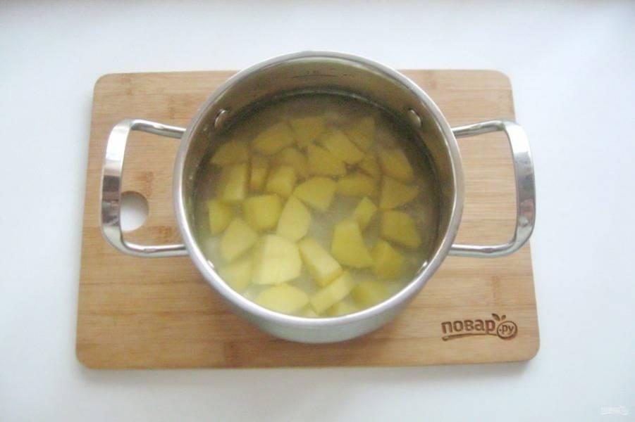 В кастрюлю налейте бульон и выложите нарезанный картофель.