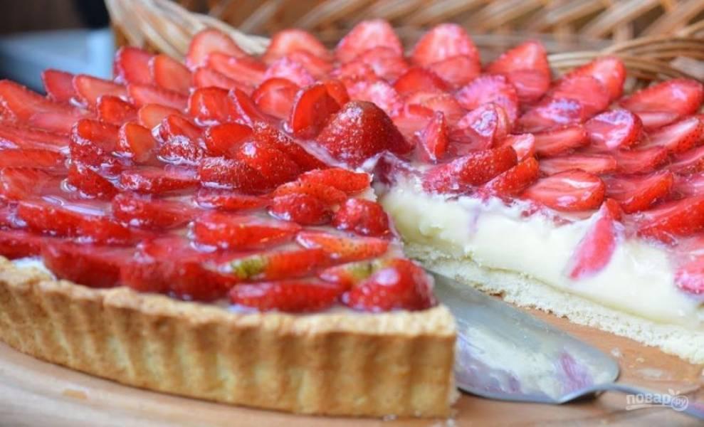9. Аккуратно залейте тарт сверху желейной глазурью и отправьте в холодильник до застывания. Приятного аппетита!