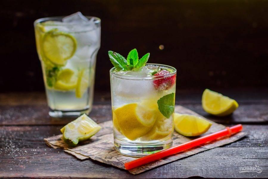 Добавьте в стакан лед, налейте напиток и подавайте к столу.