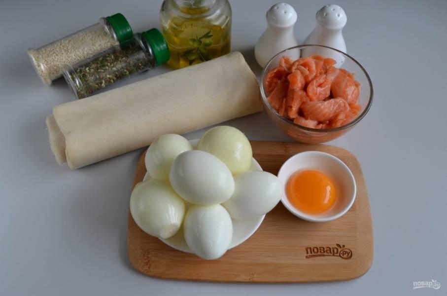 Подготовьте продукты для пирога. Отварите яйца до готовности, остудите их и очистите от скорлупы. Очистите лук, промойте его под водой. Разморозьте слоеное тесто. Приступим!