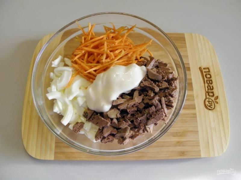 Заправьте салат майонезом, если нужно — посолите. Перемешайте хорошо.