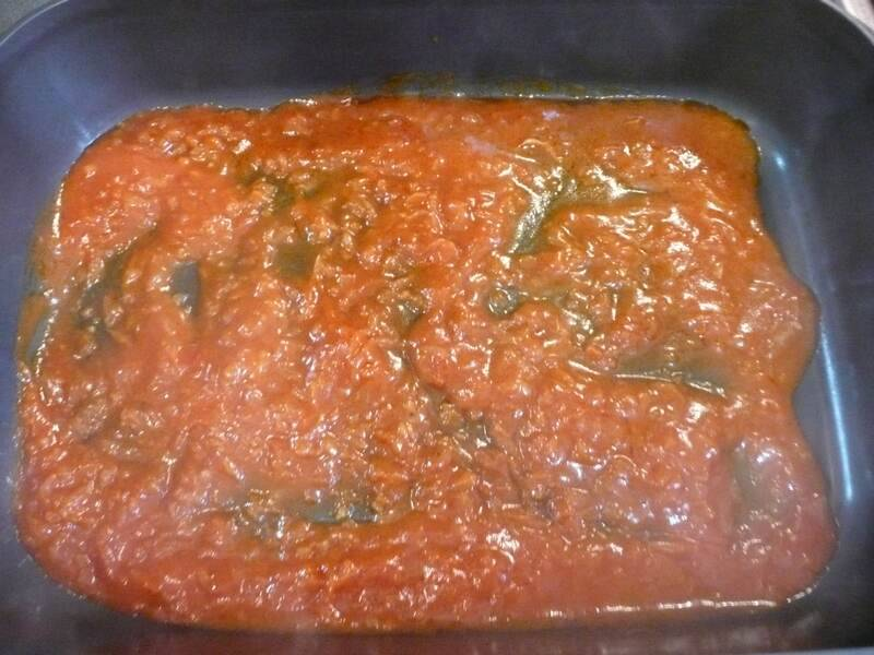 В форму для запекания налить немного лукового соуса.