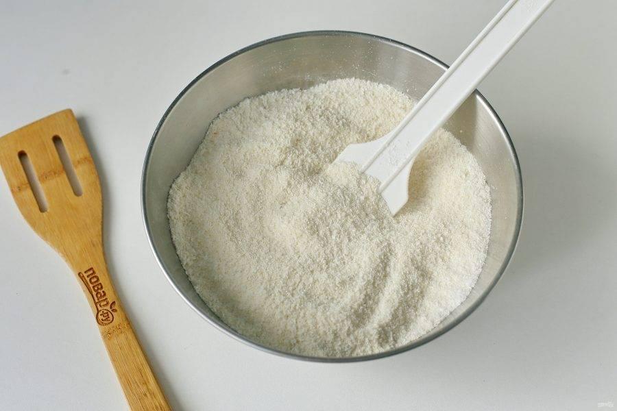 Соедините муку, манку, сахар, кокосовую стружку, ванилин, разрыхлитель и куркуму.
