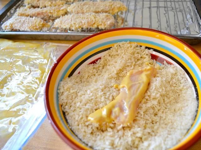 5. Подготовить панировочные сухари. При желании можно добавить в сухари специи для вкуса и более интересного цвета. Обвалять маринованные кусочки в панировке.