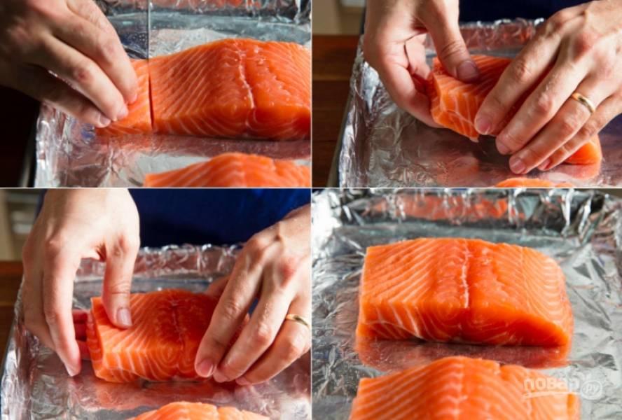 Итак, если филе у вас цельное, режем его на порционные кусочки. Часто они отличаются по толщине, что мешает рыбе запекаться равномерно. Предлагаю надрезать кусочки и сложить их, как показано на фото, чтобы семга пропеклась идеально и имела красивый вид. Запекать будем на фольге без масла.