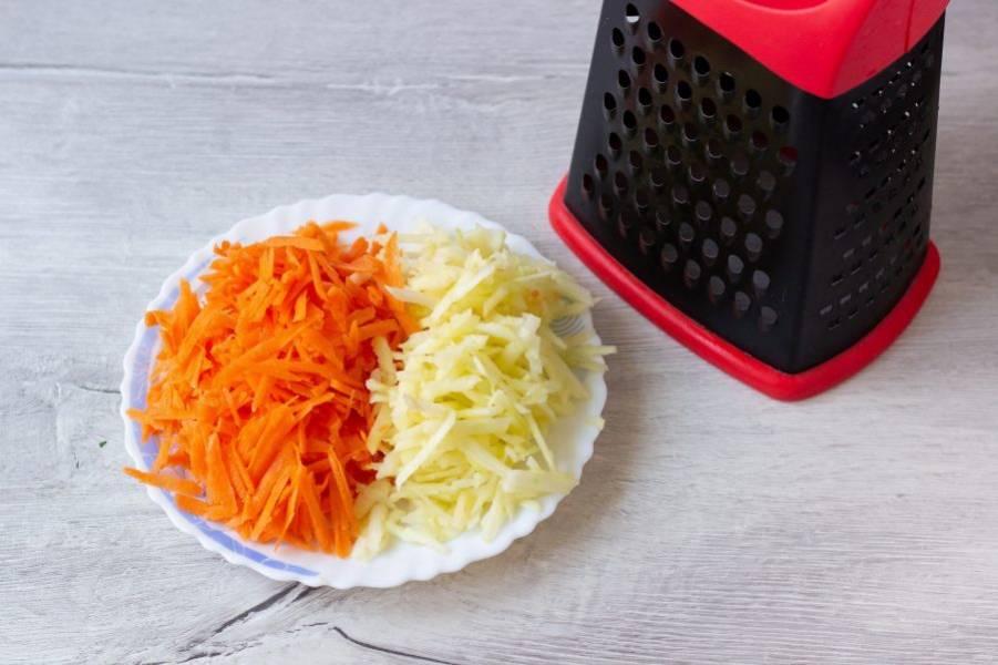 Яблоко и морковь очистите от кожуры и потрите на крупной терке.