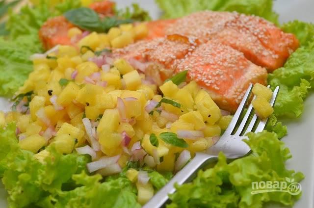 7.Подаю салат с ананасом к жареной или запеченной рыбе (у меня была семга).