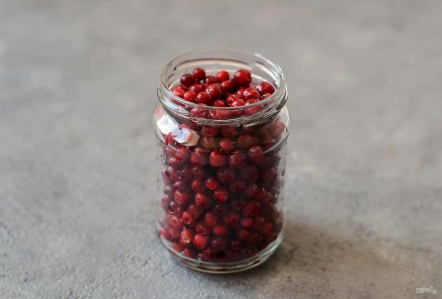 Выложите ягоды в чистую банку.