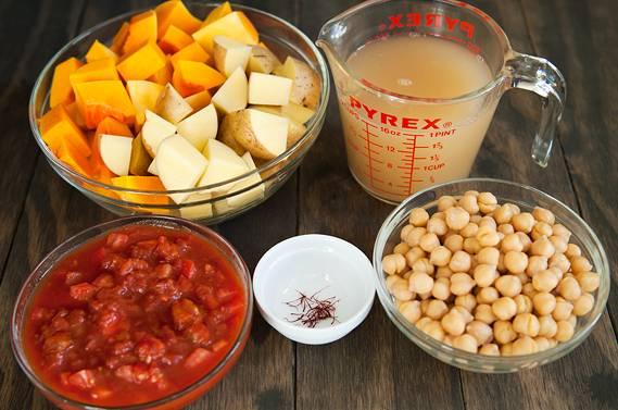 3. Нут лучше приготовить заранее. Тыкву и картофель очистить, нарезать средними кубиками. Помидоры вымыть, обдать кипятком и снять кожицу. Нарезать мелко, сохранив для блюда и сок. Если под рукой есть бульон, его можно использовать для рагу (если нет, подойдет и обычная вода).