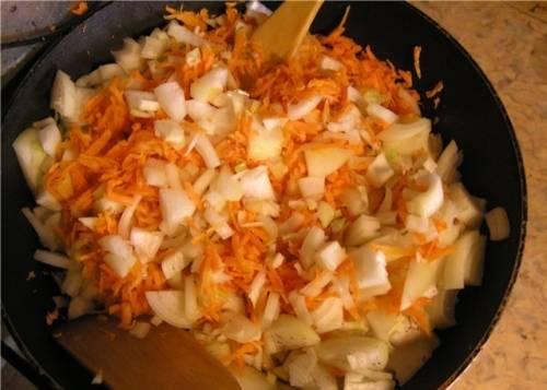 Овощи чистим и нарезаем, как Вам больше нравится. На сковородке обжариваем овощи на сковородке с оливковым масло около 10 минут, постоянно перемешивая.