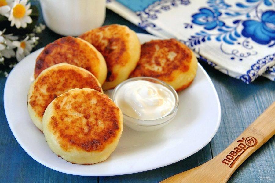 Если любите сладкое, присыпьте готовые сырники сахарной пудрой. Подавайте их со сметаной, медом, вареньем, сгущенкой или растопленным шоколадом. Приятного аппетита!