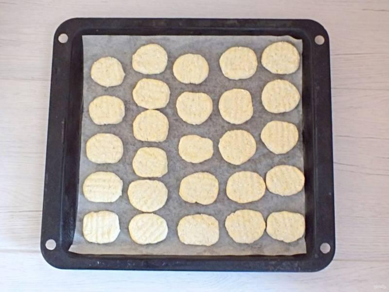 Выложите подготовленные заготовки на противень застеленный пергаментом на небольшом расстоянии друг от друга. Поставьте выпекаться в разогретую духовку до 200  градусов на 20 минут. Учитывайте особенности своей духовки.