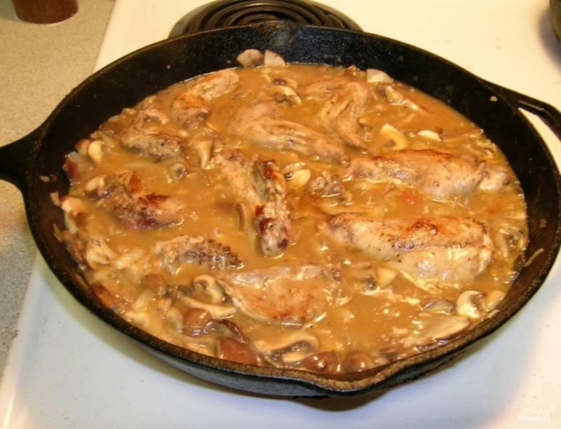 Убавьте огонь, сделав его маленьким, выложите кусочки кролика на сковороду.