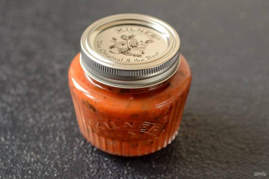 Разлейте соус по заранее стерилизованным баночкам, закрутите крышками и оставьте охлаждаться. Затем можно убрать соус в прохладное место.