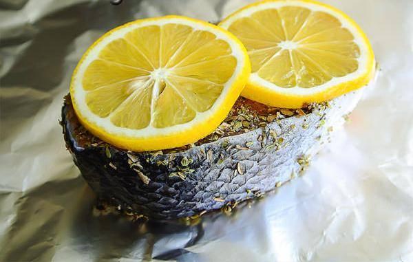 3. Сверху выкладываем дольки лимона.