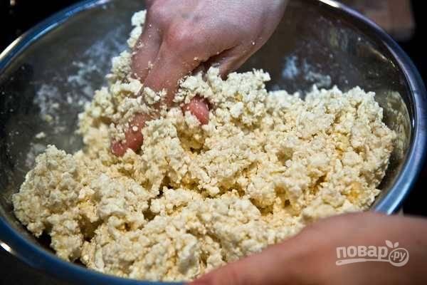 1. В глубокую мисочку отправьте все ингредиенты: творог, яйца, муку, манку, соль, сахар, разрыхлитель. Аккуратно перемешайте руками до однородности.