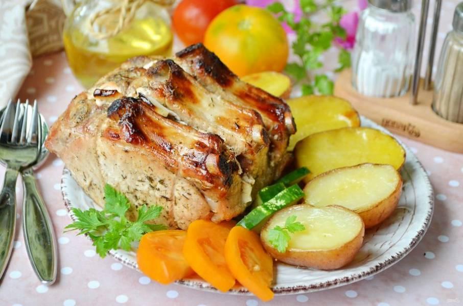 7. Подавайте корейку с печеным картофелем и свежими овощами, любимыми соусами. Приятного!