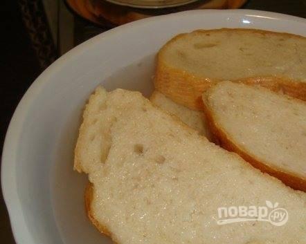 Кусочки батона положите в миску и залейте прохладной чистой питьевой водой. Вы можете использовать остатки черствого хлеба. Также подойдет сдобная булочка без начинки. Она придаст котлетам особый аромат.