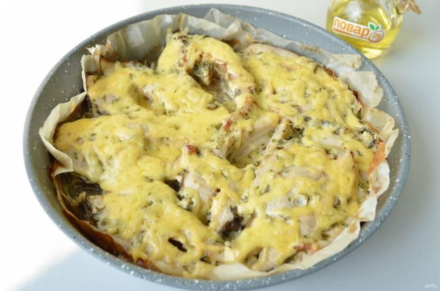 6. Натрите сыр на крупной терке. Когда рыбка будет готова, посыпьте сыром и оставьте еще на 2-3 минуты блюдо в духовке.