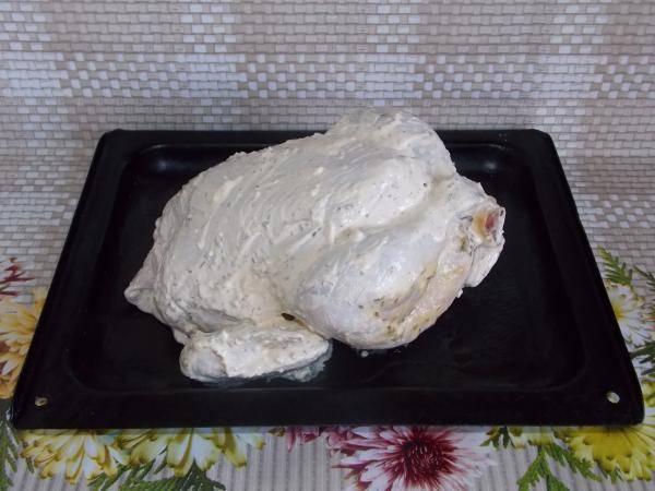 Курочку запекаем в духовке 1 час, температура 200 градусов.