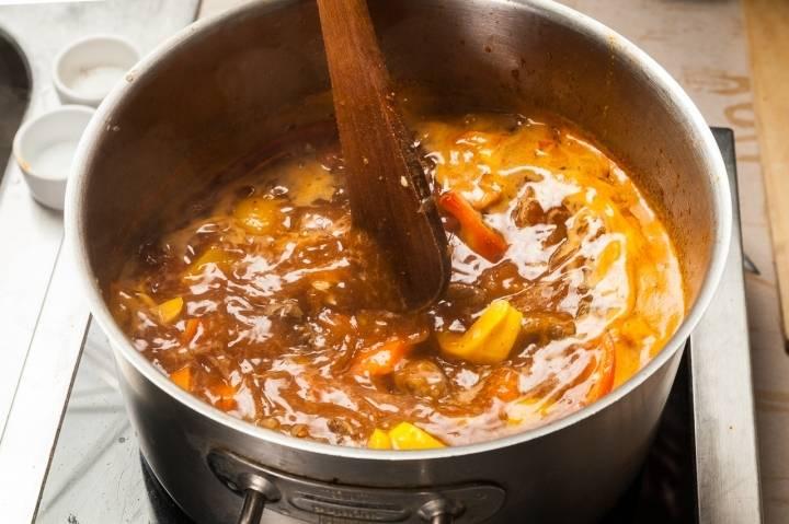 Варите суп-гуляш 15 минут.