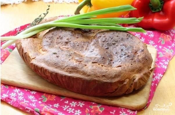 Оставшимся тестом залейте сверху начинку, отправляйте пирог в предварительно разогретую до 170 градусов духовку. Время выпечки зависит от вашей духовки и размера формы, но обычно оно составляет не более 30-40 минут. После того, как пирог испекся, подождите, пока он немного остынет, и можете подавать к столу!