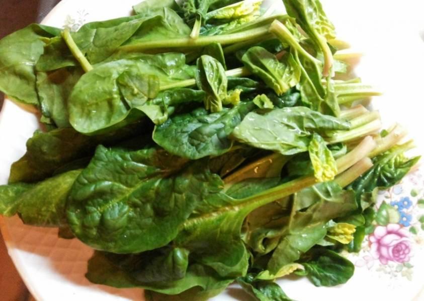 1.Тщательно промываю шпинат под струей проточной воды, для этого разделяю листочки, каждый ополаскиваю.