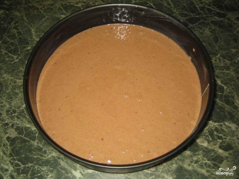 Смажьте форму для выпекания сливочным маслом, переложите в нее тесто.