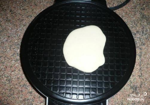Выкладываем тесто ложкой в вафельницу, печем вафли 3-4 минуты. Готовые вафли при желании можно скрутить в трубочку.
